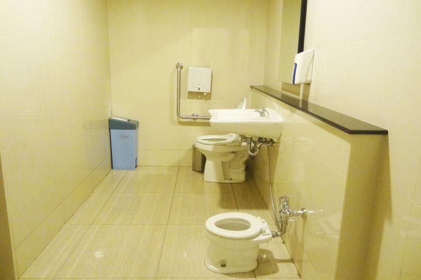 http://images.malkelapagading.com/album/3239//toilet-2.jpg
