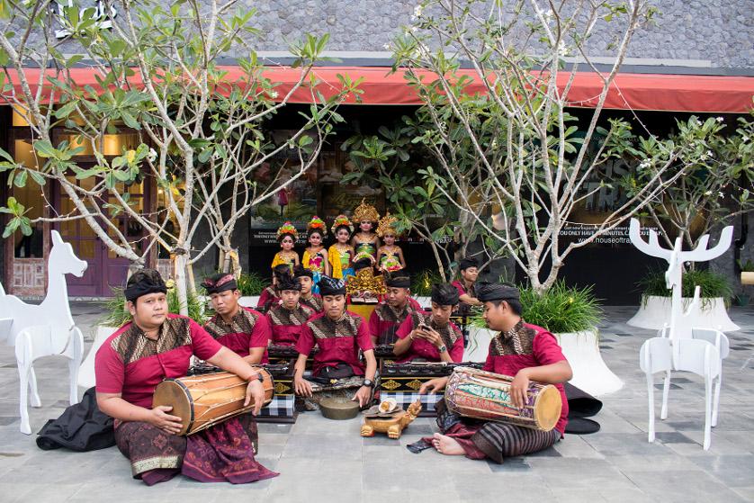 http://images.malkelapagading.com/album/3471//Balinese-Dance-06.jpg