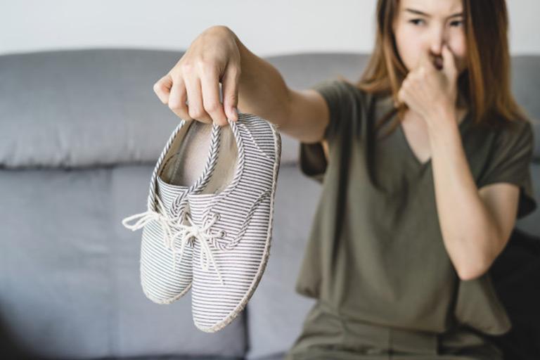 5 Cara Menghilangkan Bau Sepatu