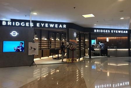 Thumb tenant Bridges Eyewear